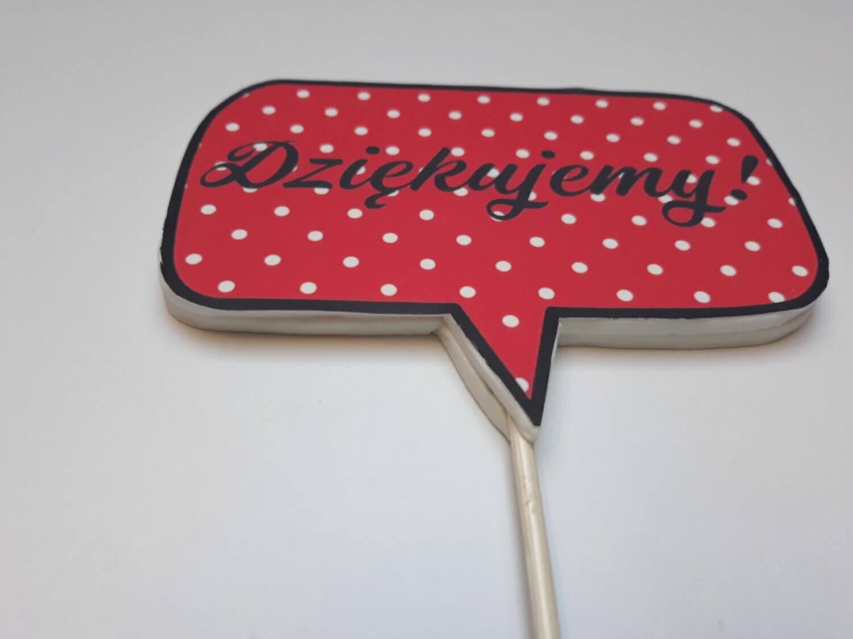 Jak zrobić topper z wydrukiem cukrowym? gotowy topper na tort pin up napis dziękujemy czerwony w białe kropki chmurka