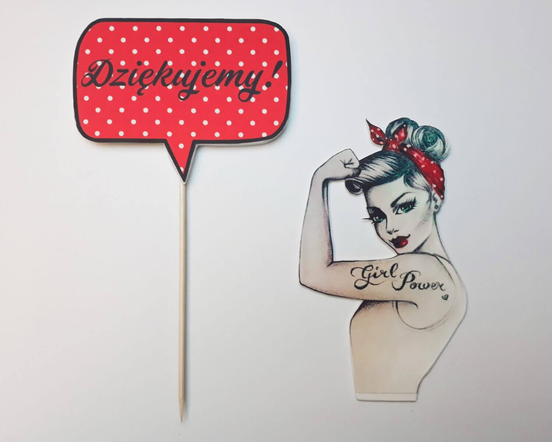 Jak zrobić topper z wydrukiem cukrowym? gotowy topper na tort pin up napis dziękujemy czerwony w białe kropki chmurka silna kobieta