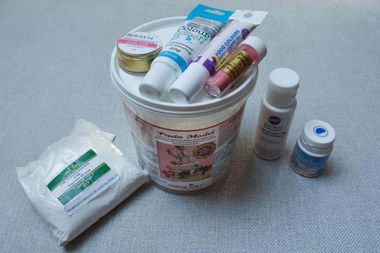 Podstawowe narzędzia do pracy z masą cukrową. Barwniki, masa cukrowa, klej cukrowy, cmc