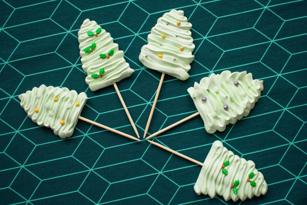 lizaki bezowe w kształcie choinek , na drewnianym patyczku, ozdobione posypkami cukrowymi