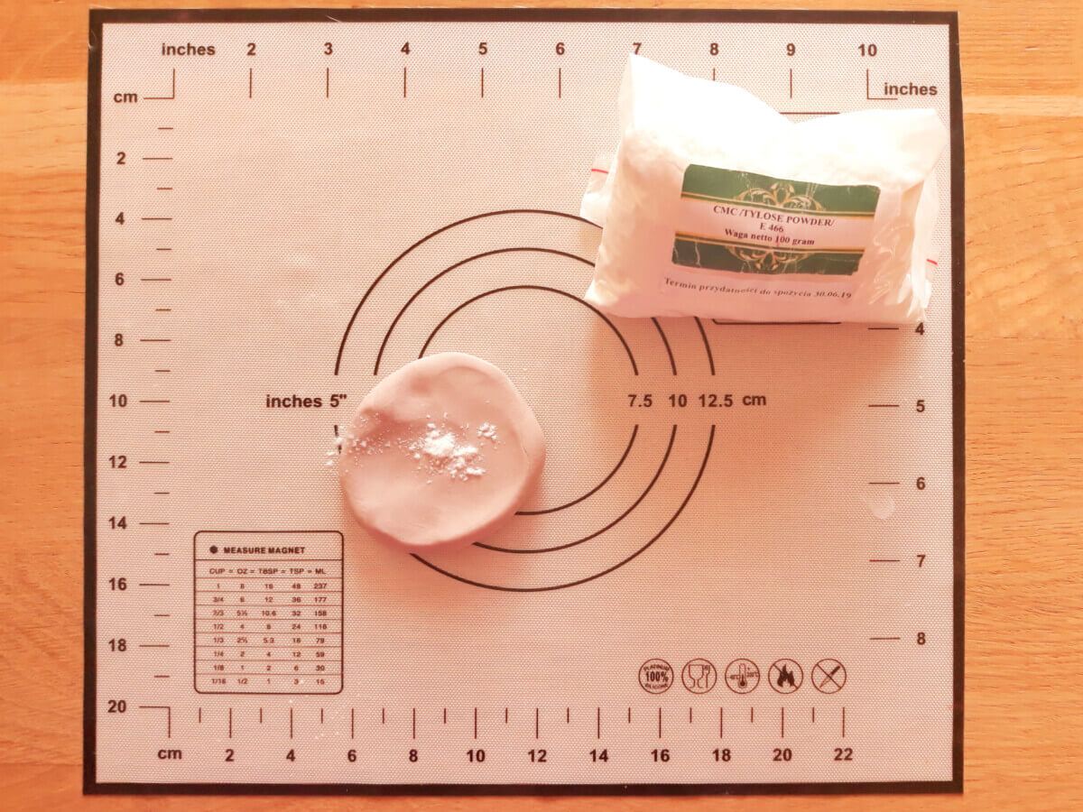 zagniatanie masy cukrowej, masa cukrowa, cmc, mata silikonowa