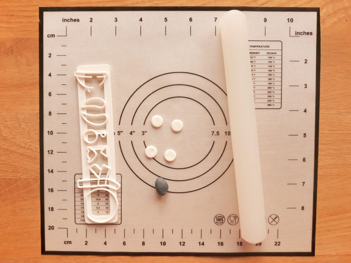 ałkowanie masy cukrowej i wycinanie kształtu foremka mata silikonowa wałek do masy cukrowej