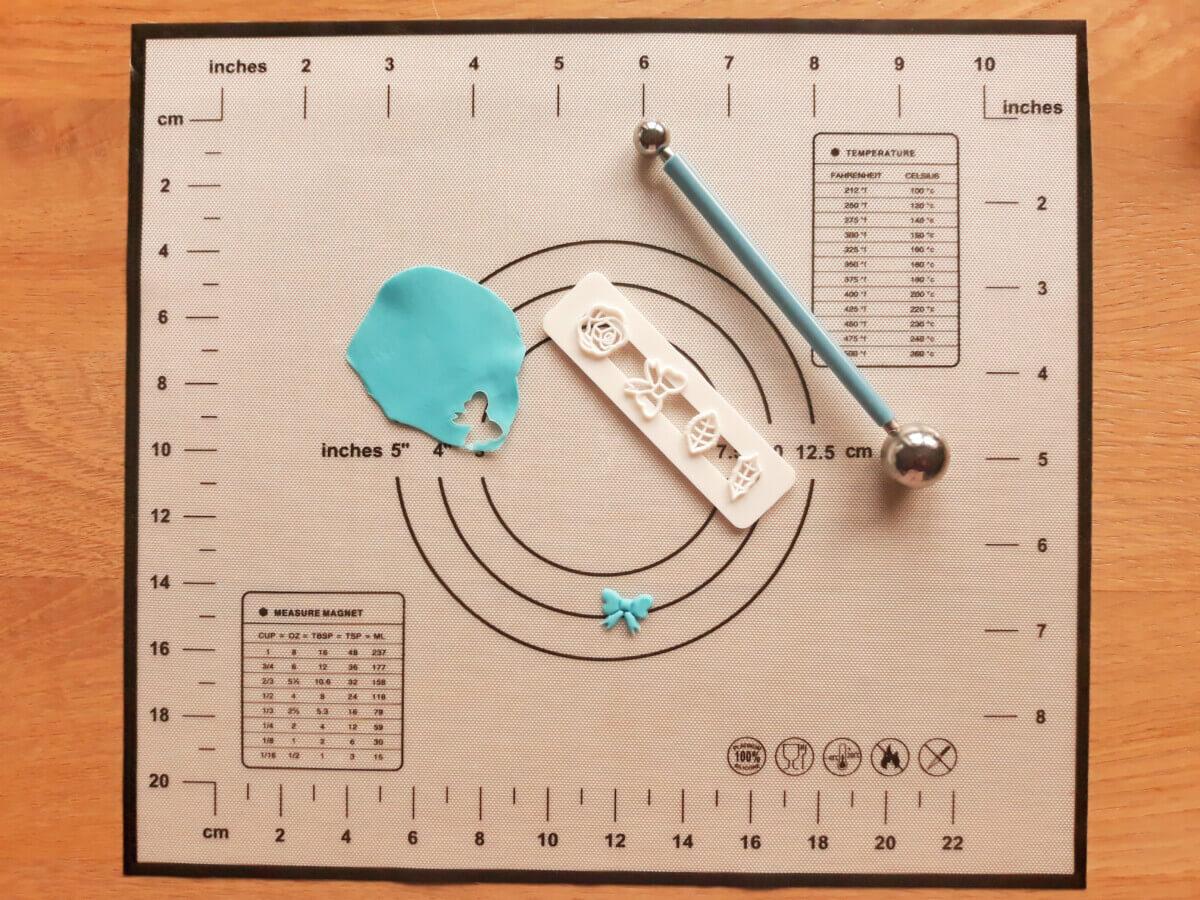 wałkowanie masy cukrowej wycinanie kokardek foremka wykrawaczka mata silikonowa narzędzie kulkowe