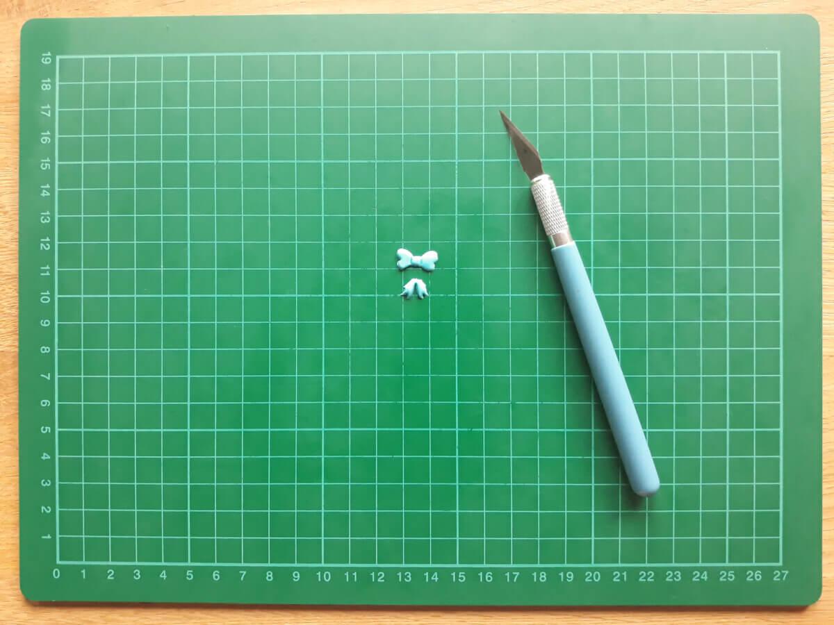 wałkowanie masy cukrowej przycinanie muszek z masy cukrowej foremka wykrawaczka mata samogojąca nożyk skalpel