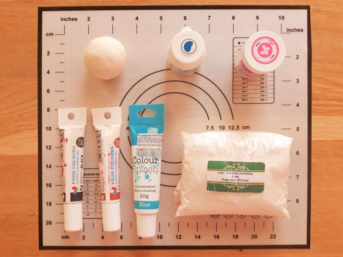 Narzędzia potrzebne do wykonania babeczki misie, Barwniki spożywcze, cmc, klej cukrowy, masa cukrowa, mata silikonowa