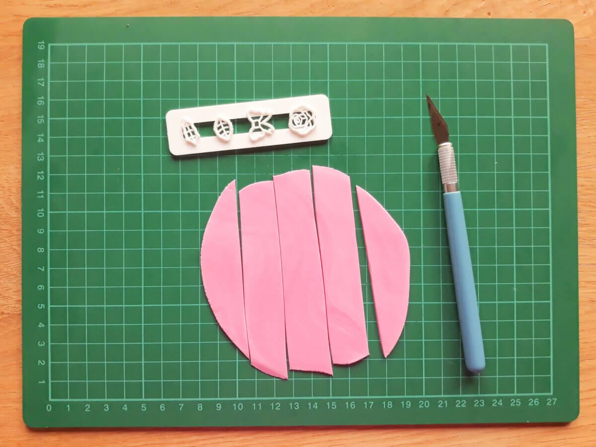 wałkowanie masy cukrowej wycinanie kokardek foremka wykrawaczka mata samogojąca nożyk