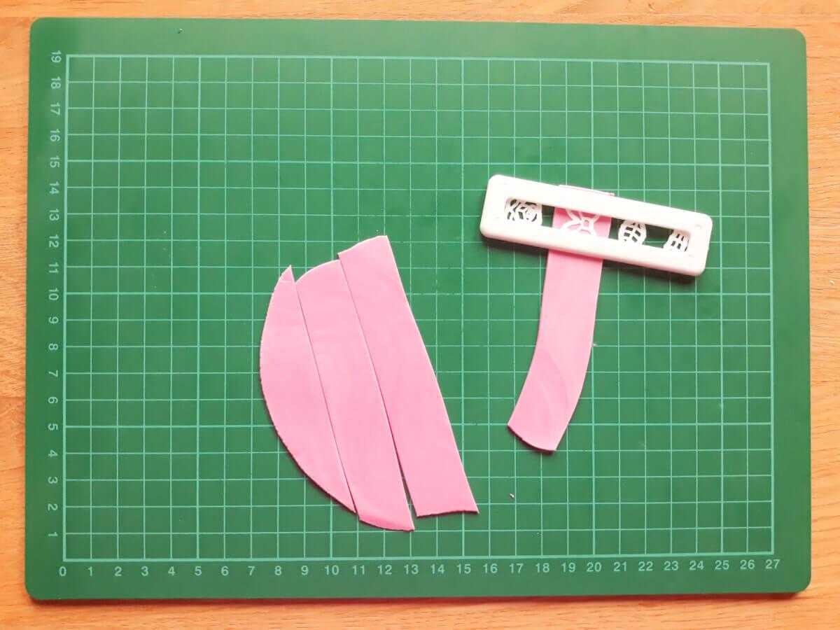 wałkowanie masy cukrowej wycinanie kokardek foremka wykrawaczka mata samogojąca