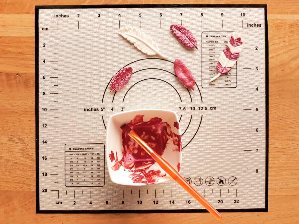 malowanie piórek z masy cukrowej, spirytus, barwnik jadalny, miseczka, mata silikonowa, pędzelek
