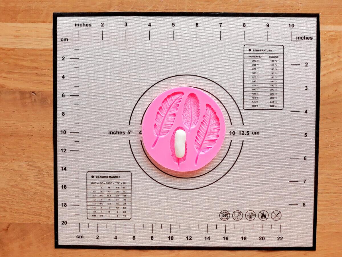 formowanie piórek masa cukrowej, mata silikonowa, foremka do piórek z masy cukrowej