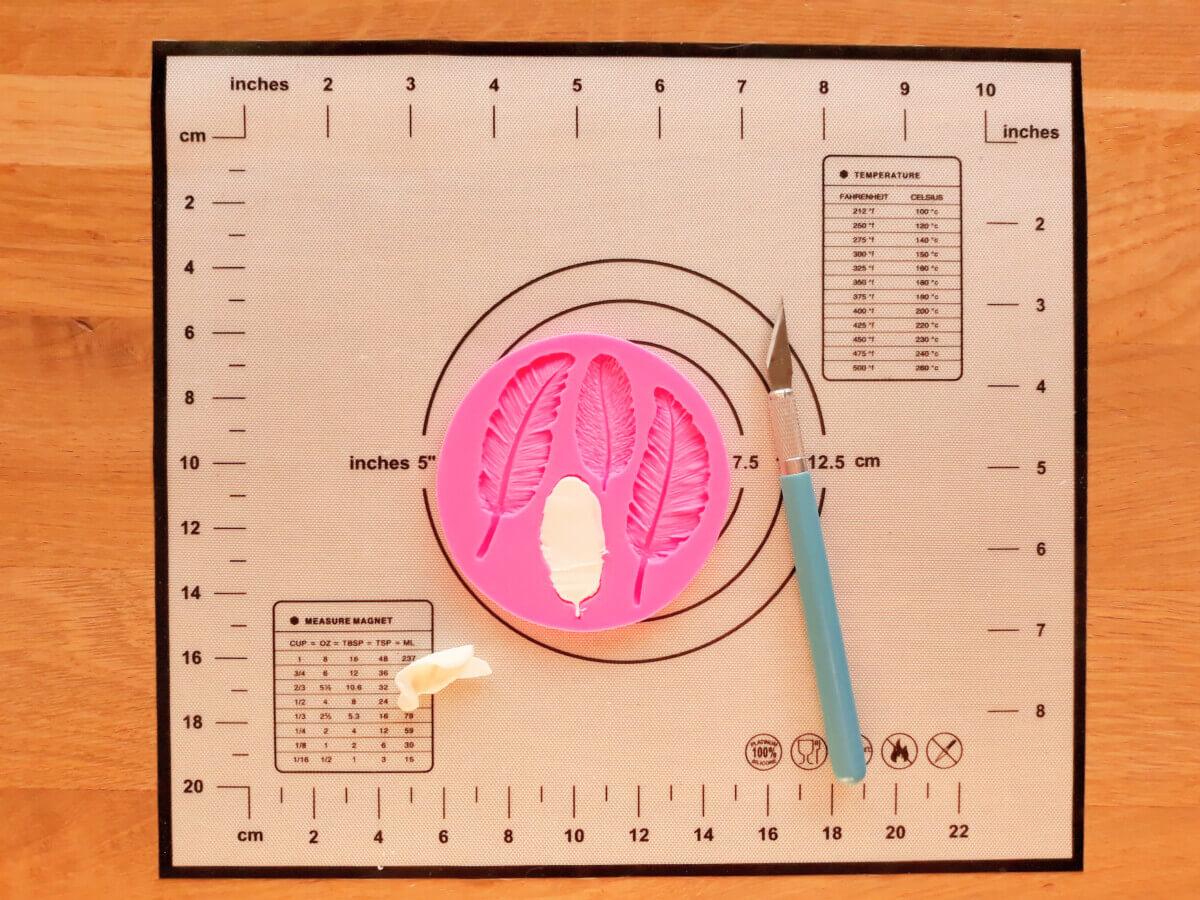 formowanie piórek masa cukrowej, mata silikonowa, foremka do piórek z masy cukrowej, wycinanie nożyk skalpel