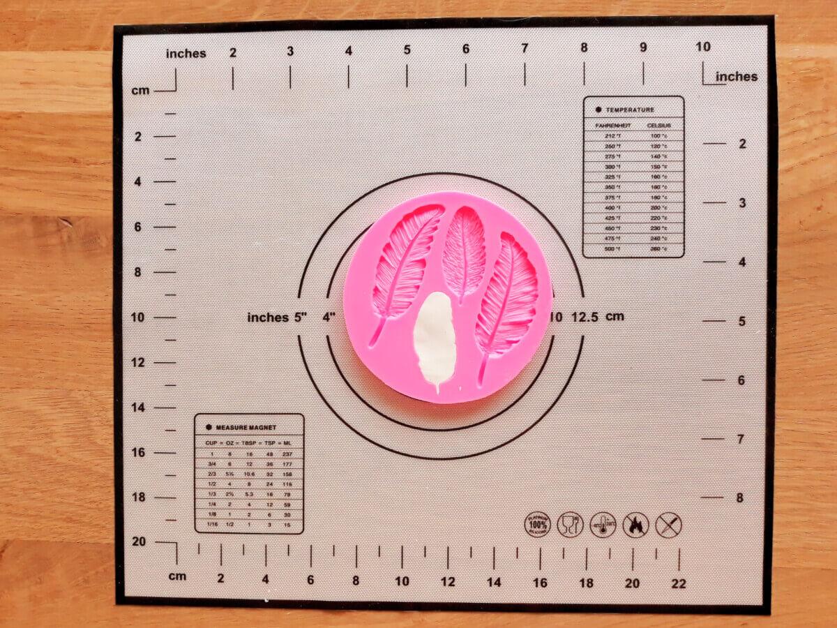 formowanie piórek masa cukrowej, mata silikonowa, foremka do piórek z masy cukrowej, wycinanie