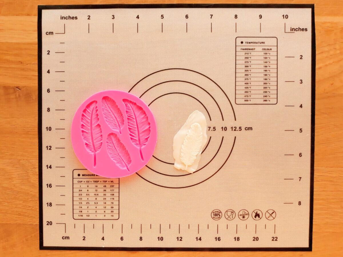 formowanie piórek masa cukrowej, mata silikonowa, foremka do piórek z masy cukrowej,