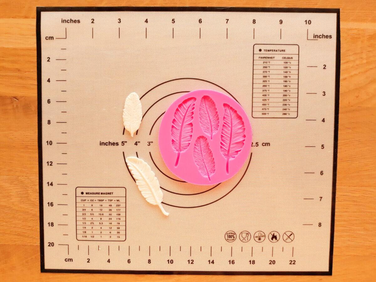formowanie piórek masa cukrowej, mata silikonowa, foremka do piórek z masy cukrowej, gotowe piórka