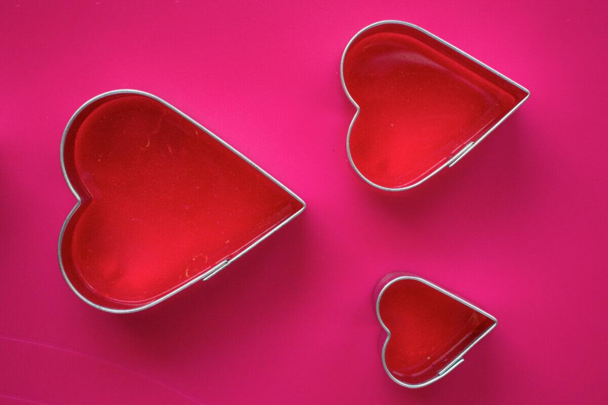 Wlewanie izomaltu do metalowych foremek. Izomalt, mata silikonowa, stalowe foremki w kształcie serc.