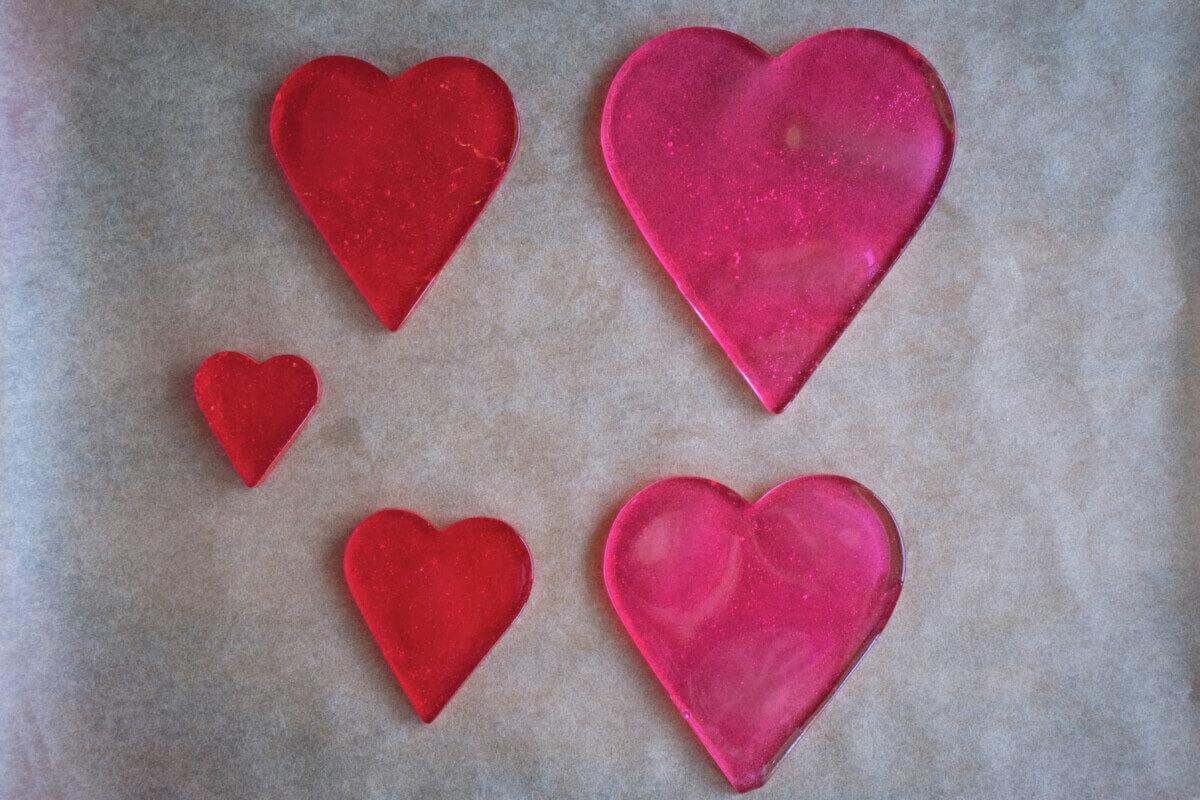 Jak zabezpiecyzć ozdoby z izomaltu? Walentynkowe serca z izomaltu, lakier spozywczy w sprayu.