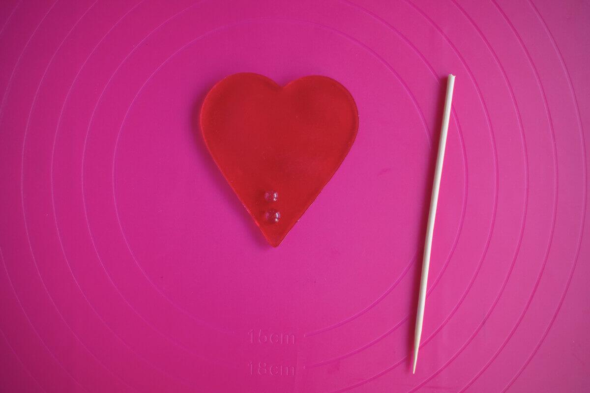 Jak zrobic topper z izomaltu? Topper w kształcie serca, izomalt, patyczek drewniany, mata silikonowa.
