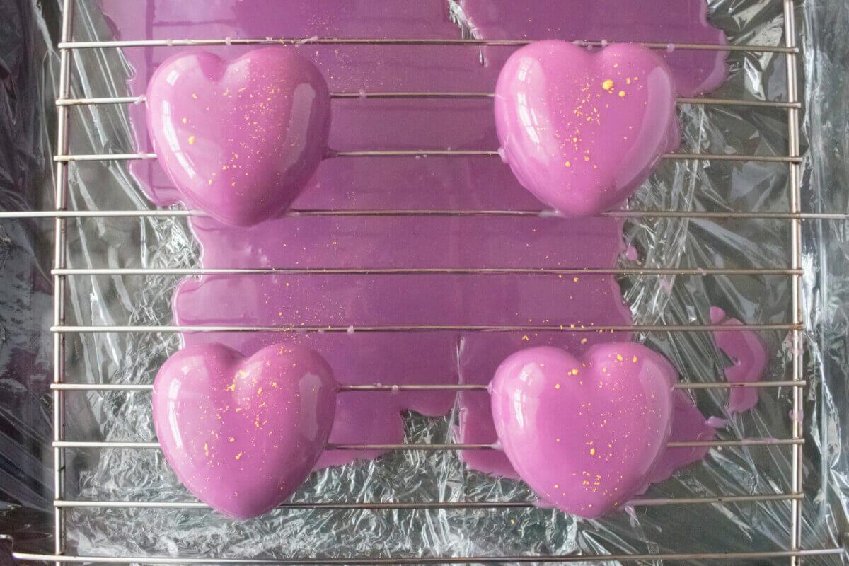jagodowo-limonkowe monoporcje serca w polewie lustrzanej