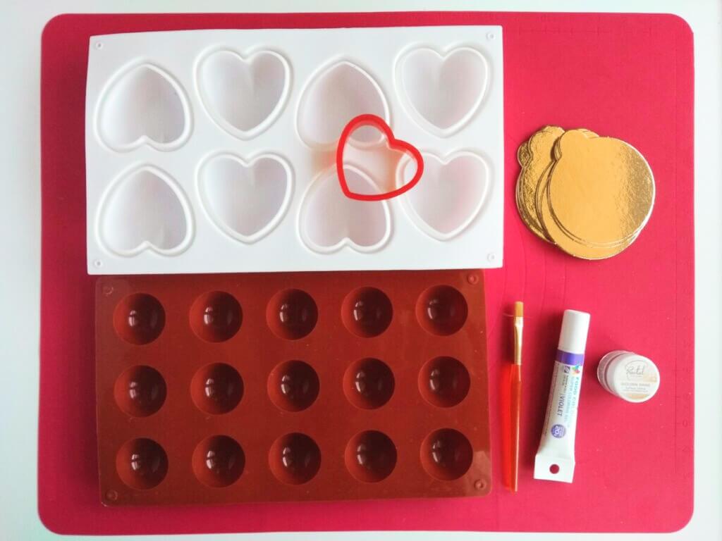 Narzędzia potrzebne do wykonania monoporcji: Silikonowa forma w kształcie serc, silikonowa forma w kształcie półkul, wykrawaczka w kształcie serca, barwnik spozywczy w żelu, złoty barwnik w proszku, pędzelek, podkłady pod monoporcje - bankietówki.
