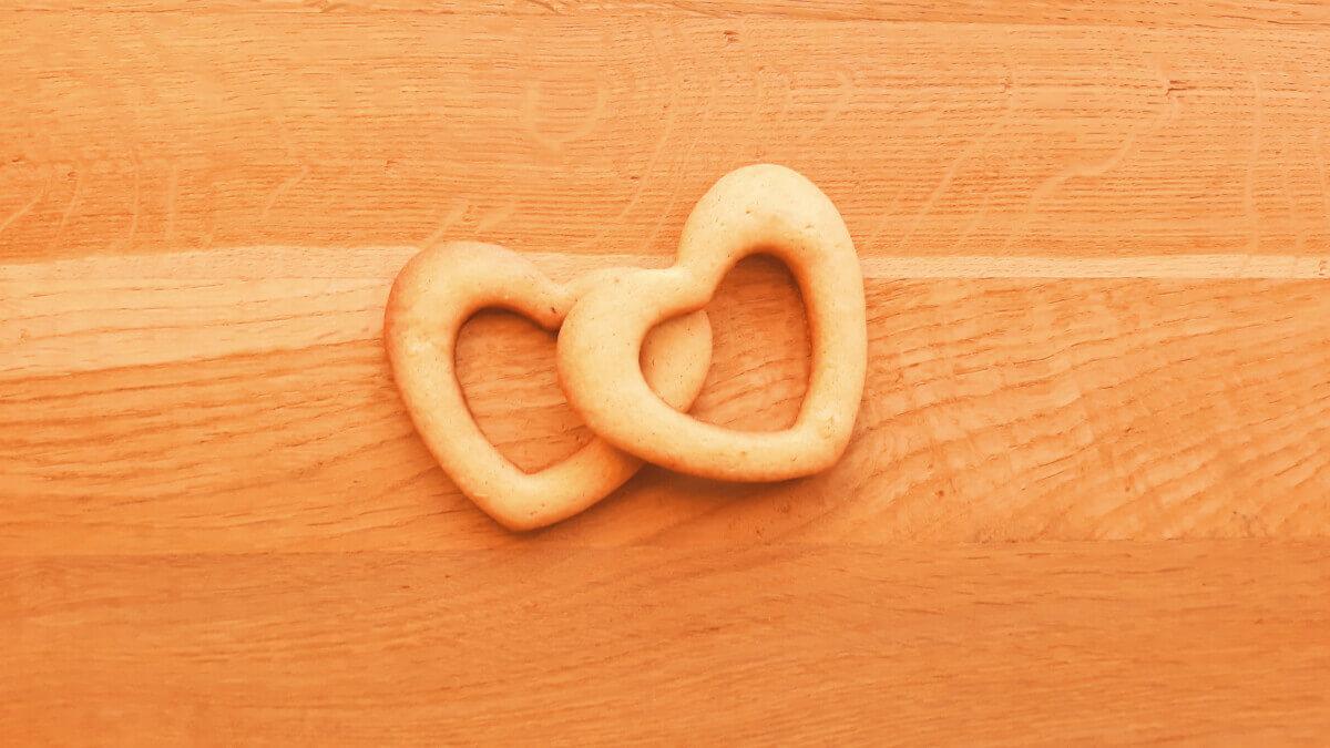 upieczone ciasteczka w kształcie serca