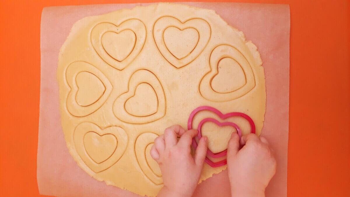 wycinanie ciasteczek foremką w kształcie serca
