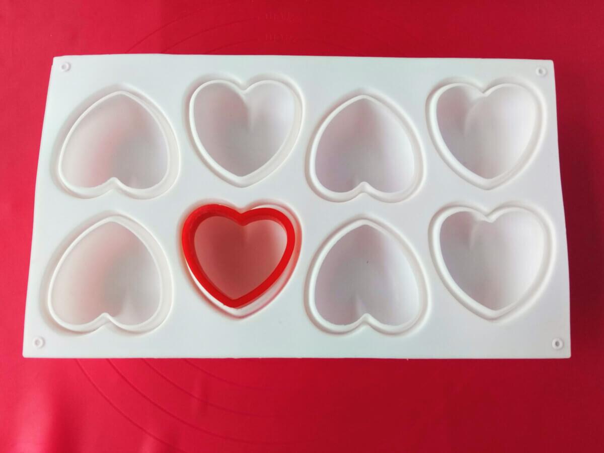 Silikonowa forma do monoporcji w kształcie serc, wykrawacz w kształcie serca.