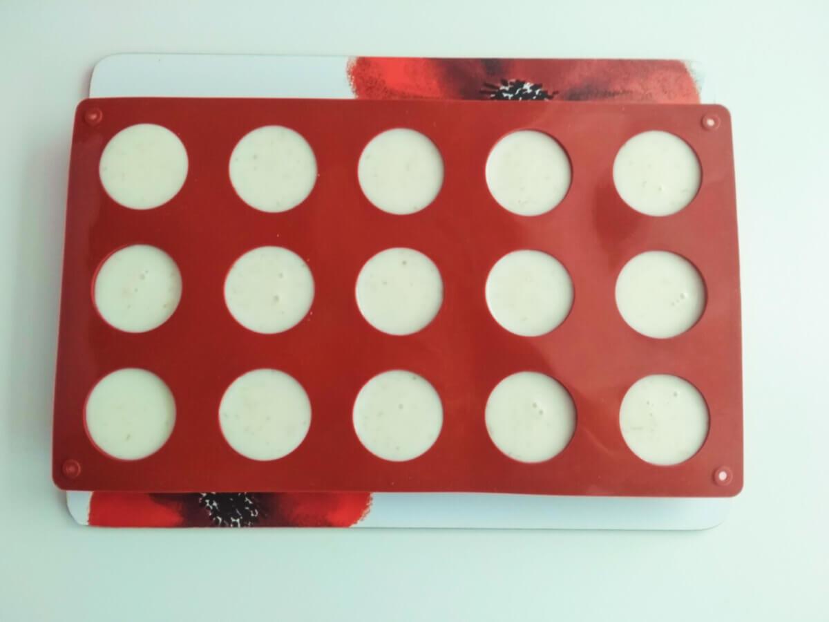 Jak przygototwać żelkę limonkową do monoporcji. Forma silikonowa w kształcie półkul.
