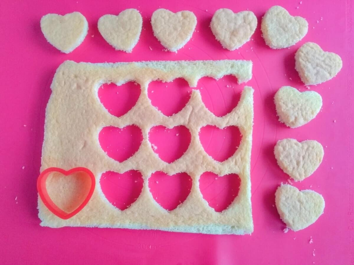 Wycinanie serc z biszkoptu. Mata silikonowa, wykrawacz w kształcie serca.