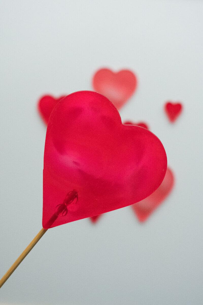 Topper z izomaltu w kształcie serca.