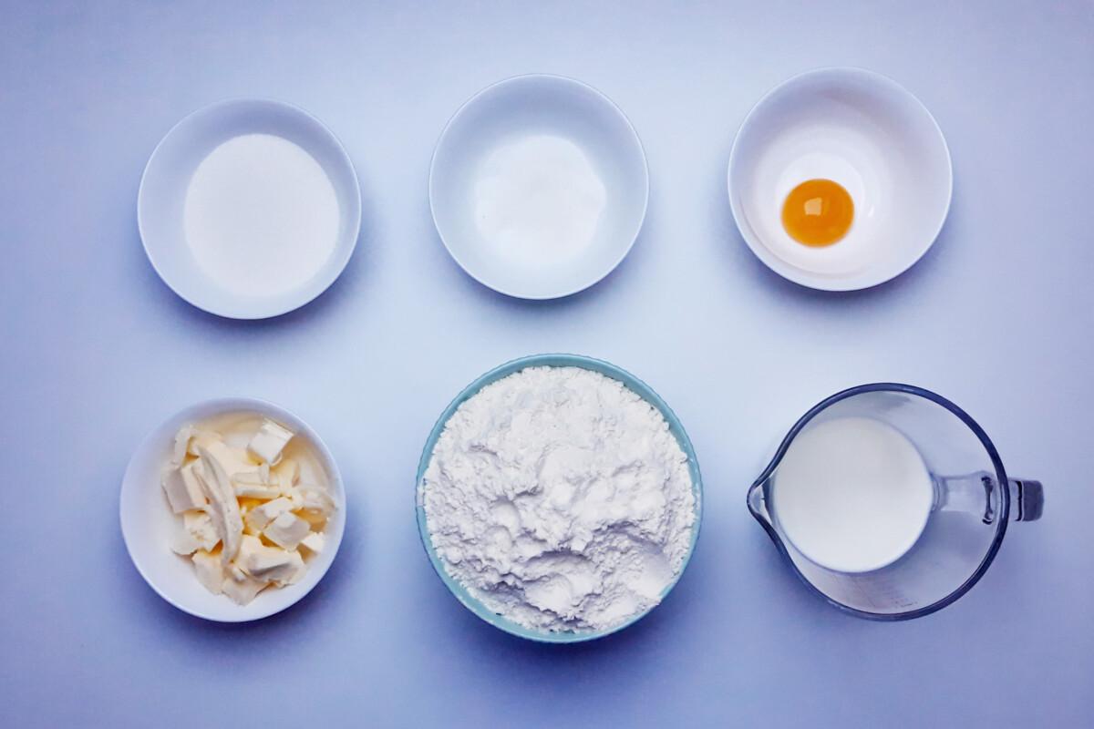 składniki na nadziewane faworki, smażone ravioli z ricottą czekoladą skórką cytynową i cynamonem