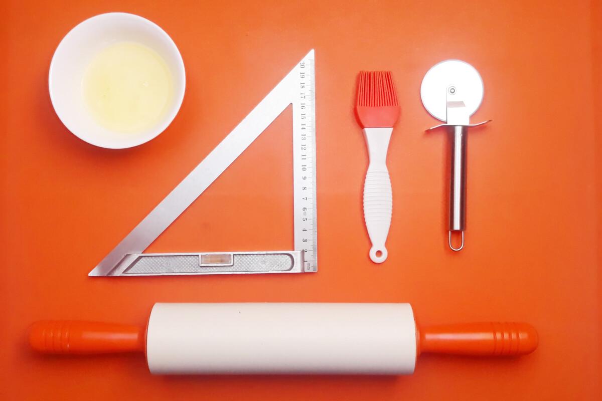 narzędzia potrzebne to rozmawłkowania i zlepienia faworków nóż okrągły, pędzelek, mata silikonowa, wałek silikonowy, linijka, białko, miska