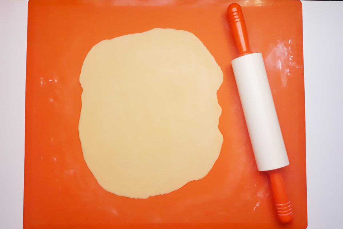 gotowe ciasto na smażone faworki rozwałkowane, mata silikonowa, wałek silikonowy