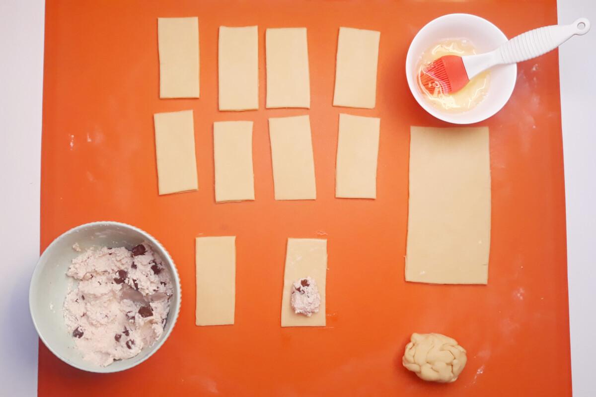 sklejanie faworków z nadzieniem ciasto mata silikonowa nadzienie białko pędzelek