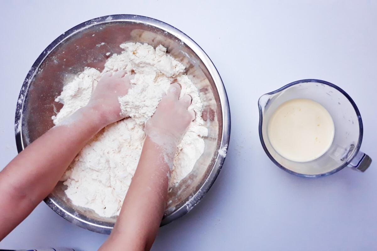 przygotowanie ciasta na faworki, miska