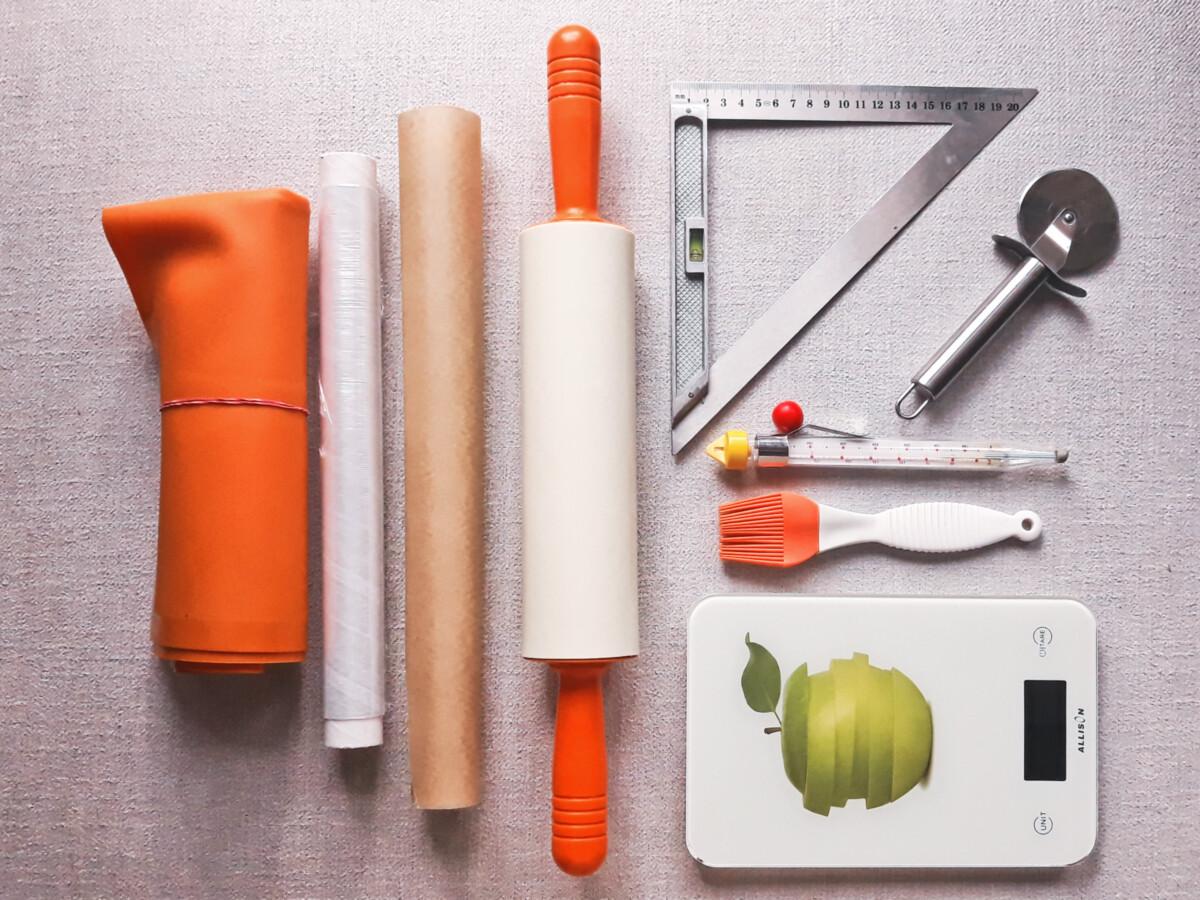 przygotowanie nadziewanych faworków potrzebne narzędzia stolnica silikonowa wałek silikonowy folia spożywcza waga kuchenna pędzelek kuchenny linijka krągły nóż termometr cukierniczy