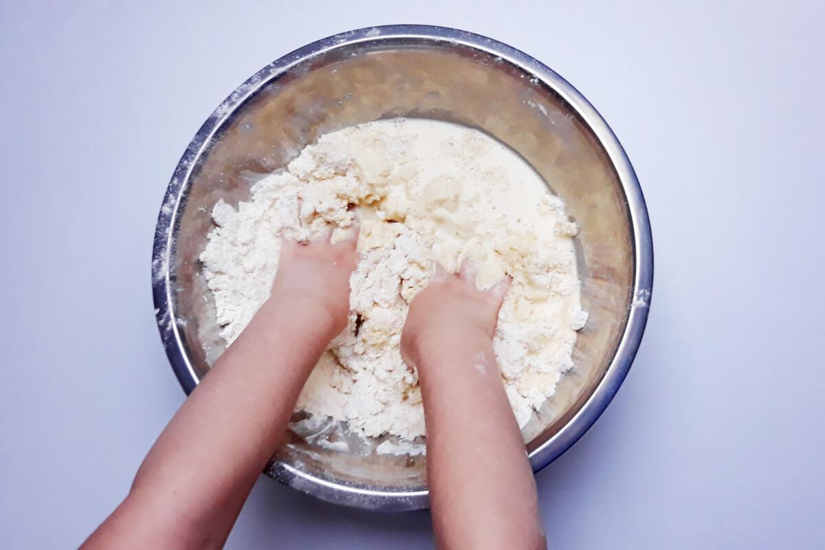 zagniatanie ciasta na faworki, miska