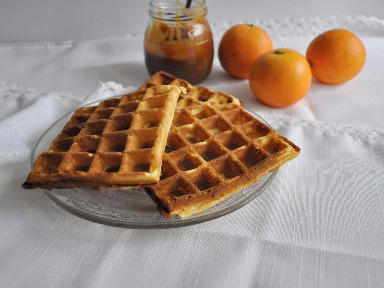 Pomarańczowe gofry z bitą śmietaną, karmelem i pomarańczami.