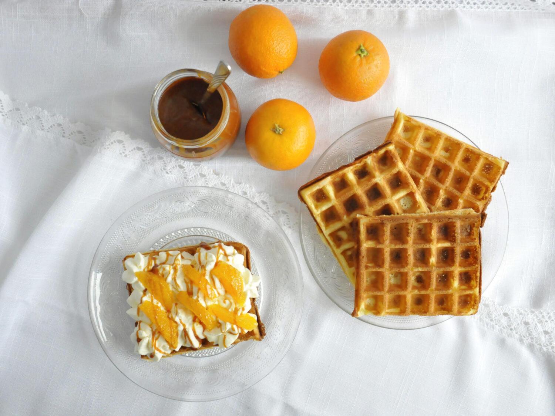 Pomarańczowe gofry z karmelem, bitą śmietaną i pomarańczami.