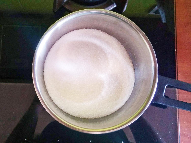 Przygotowanie sosu karmelowego. Karmelizacja cukru.