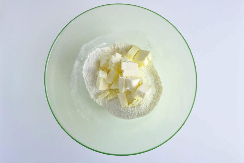 przygotowanie kruchych ciasteczek kokosowych, łączenie składników, miska