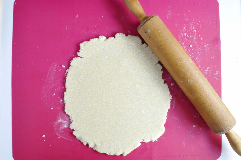wałkowanie ciasta na kruche ciasteczka kokosowe, wałek, stolnica silikonowa