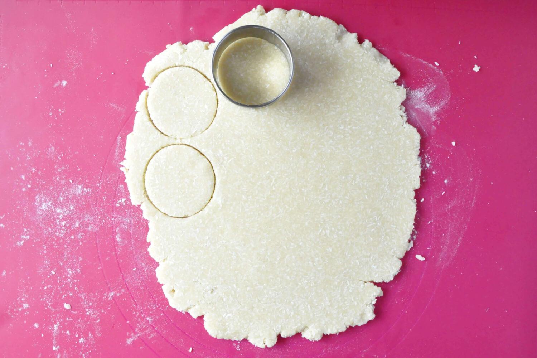 wycinanie kruchych ciasteczek kokosowych, wykrawacz okrągły, stolnica silikonowa