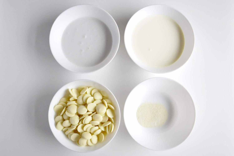 składniki na mus z białej czekolady, monoporcje jajka, miski