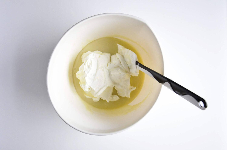 łączenie ganache z białej czekolady na mleku kokosowym z ubitą śmietaną, szpatułka, miski