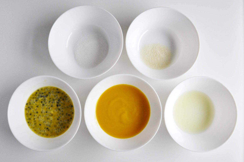 składniki na żelkę marakuja mango, monoporcje jajka, pulpa z mango, miąższ z maraki, sok z cyrtyny, żelatyna, cukier, miski
