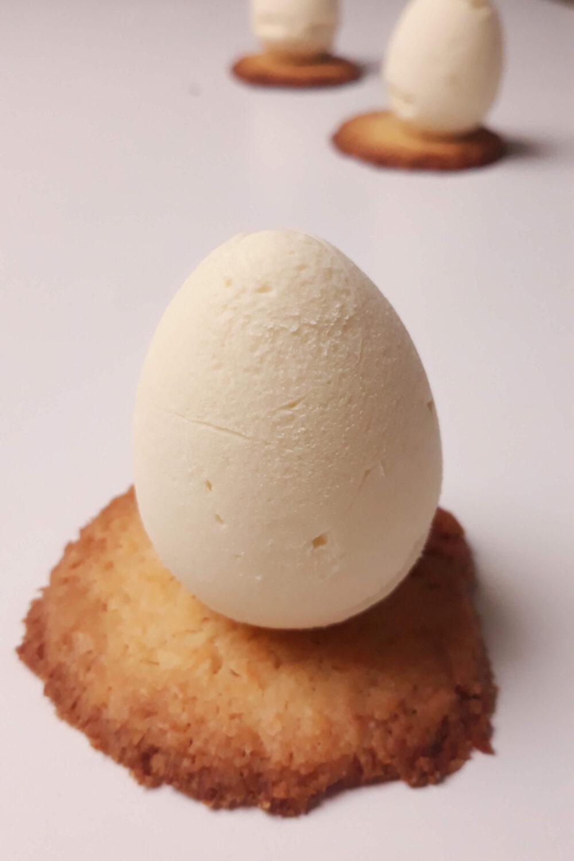 monoporcje wyciągnięte z formy, na ciastku kokosowym