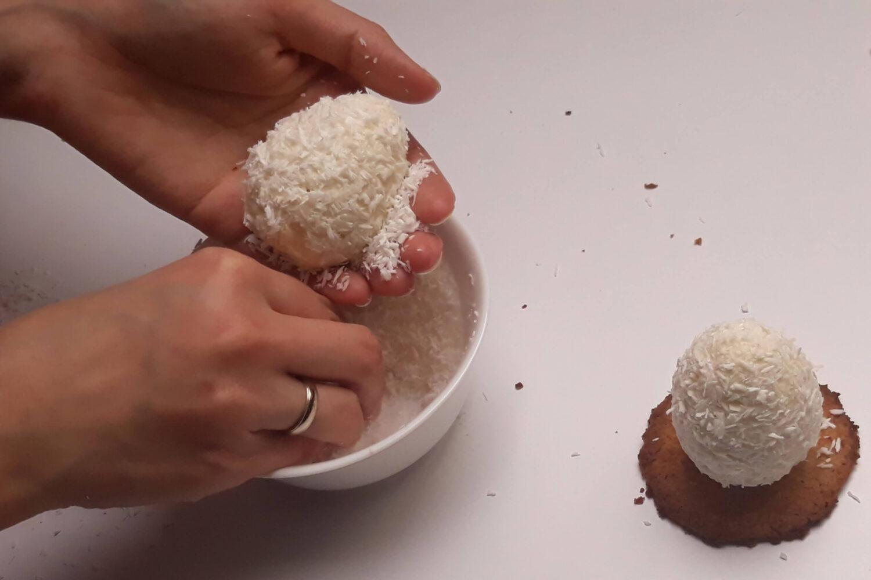 obsypywanie gotowych monoporcji wiórkami kokosowym, miska