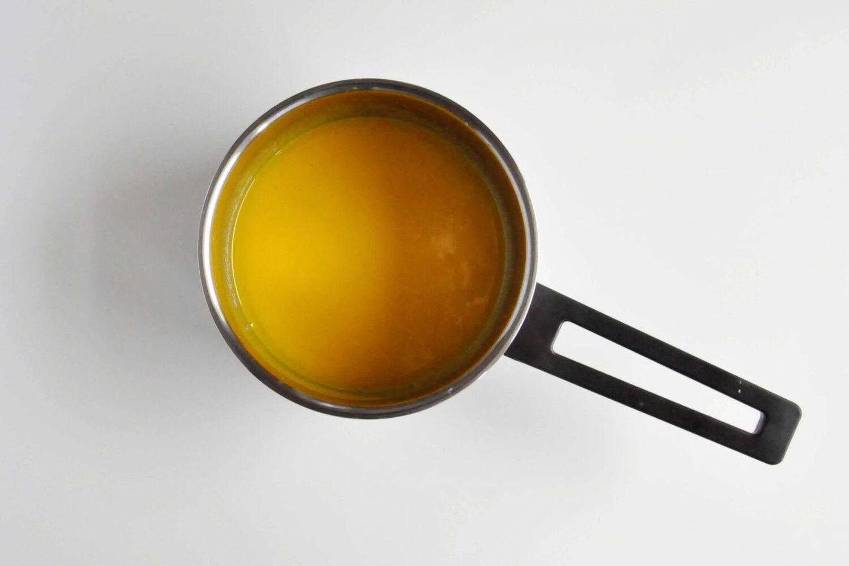 podgrzana pulpa z mango i marakui, garnek