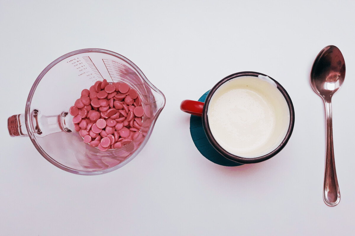 różowa czekolada ruby chocolate śmietana gorąca, dzbanek, garnuszek, ganache z różowej czekolady