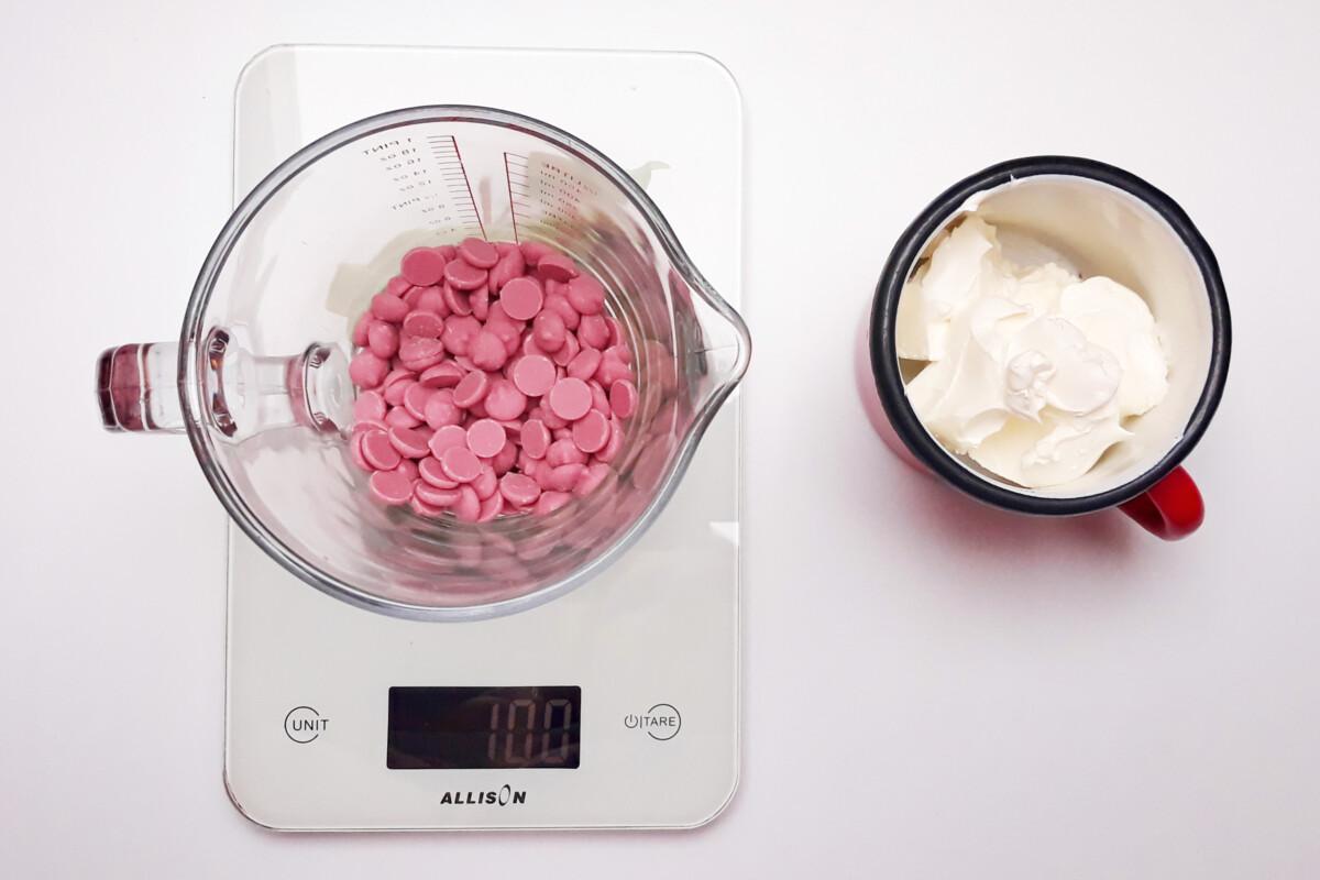 różowa czekolada ruby chocolade śmietana, waga kuchenna, dzbanek, garnuszek, ganache z różowej czekolady
