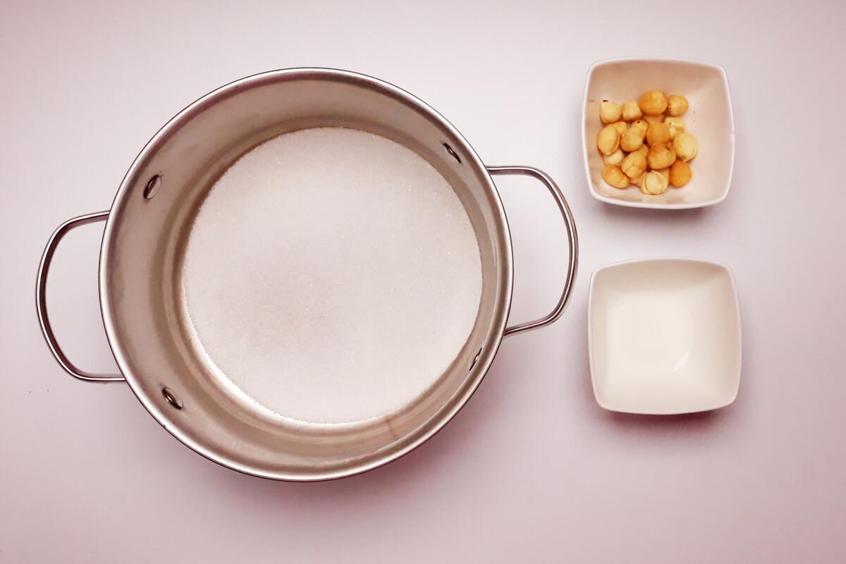 przygotowanie praliny z orzechów laskowych, woda sok z cytryny, cukier, orzechy laskowe, garnek, miska